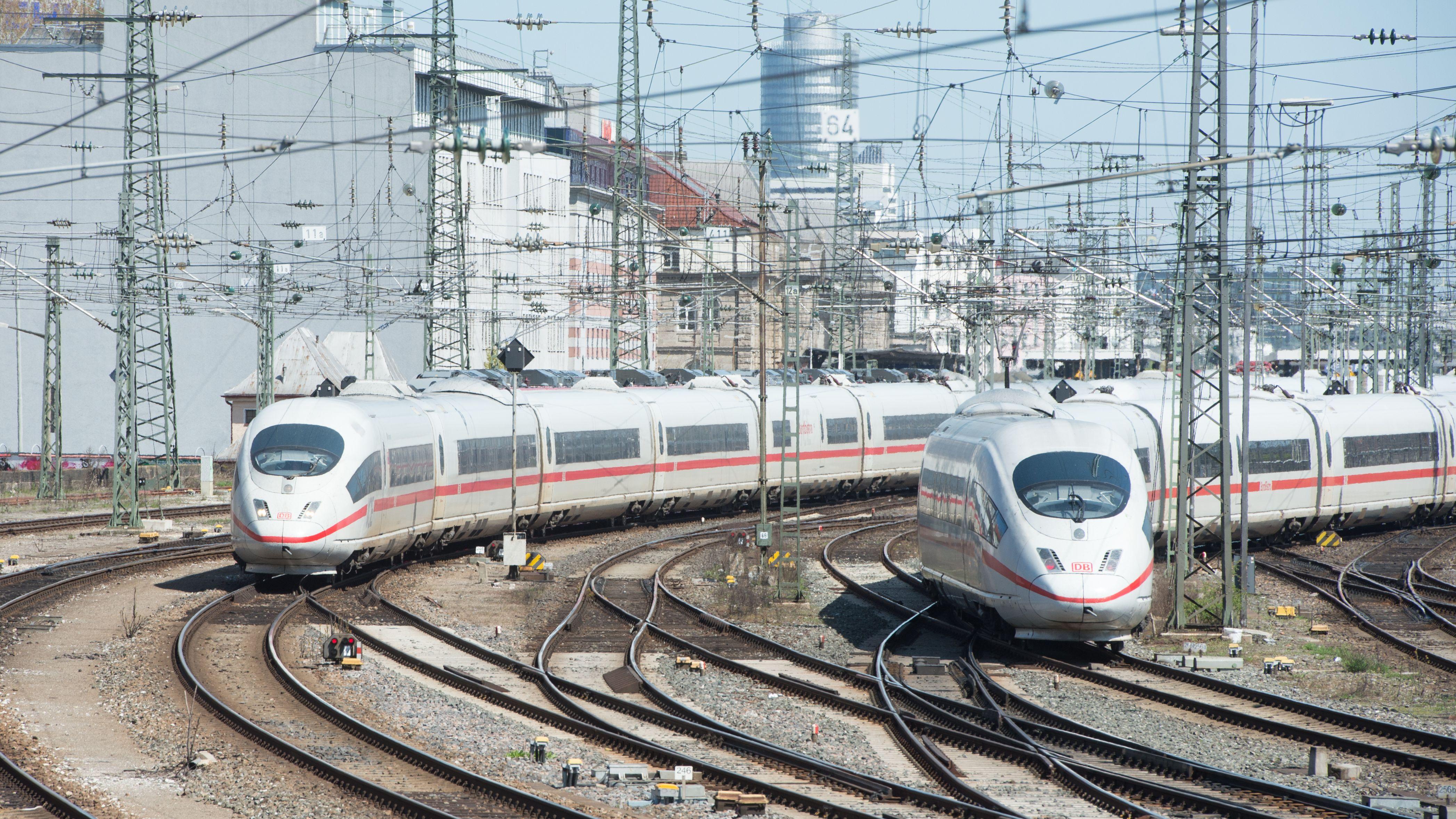 Zwei ICE-Züge fahren in Nürnberg über die Gleise.