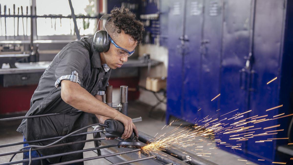 Ein Auszubildender in einem Handwerksbetrieb