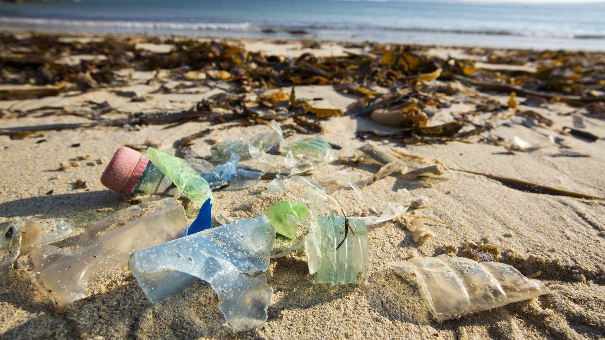 Kunststoffabfälle am Strand der britischen Küste in Cornwall.