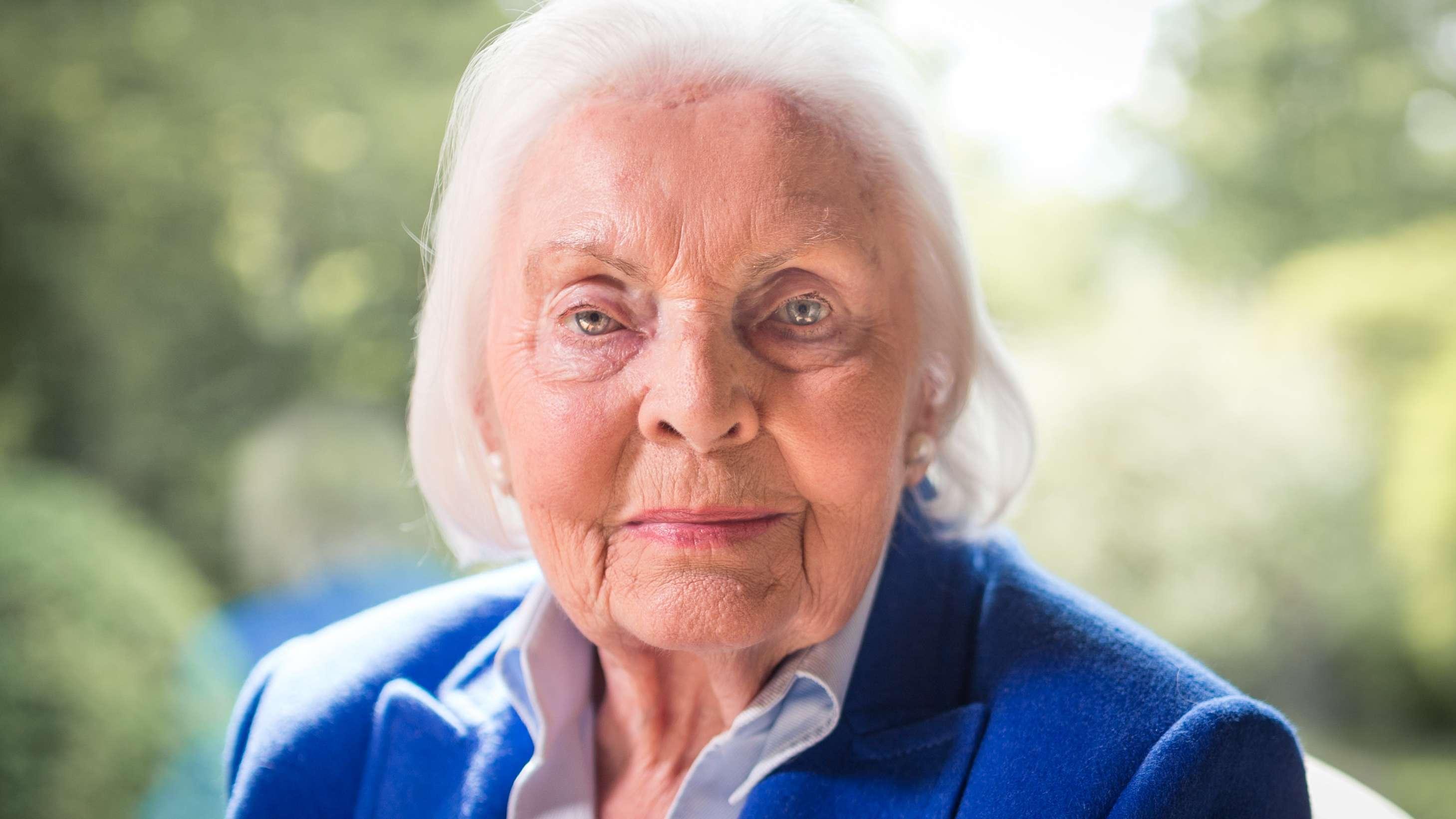 Inge Sielmann blickt in ihrem Haus in die Kamera