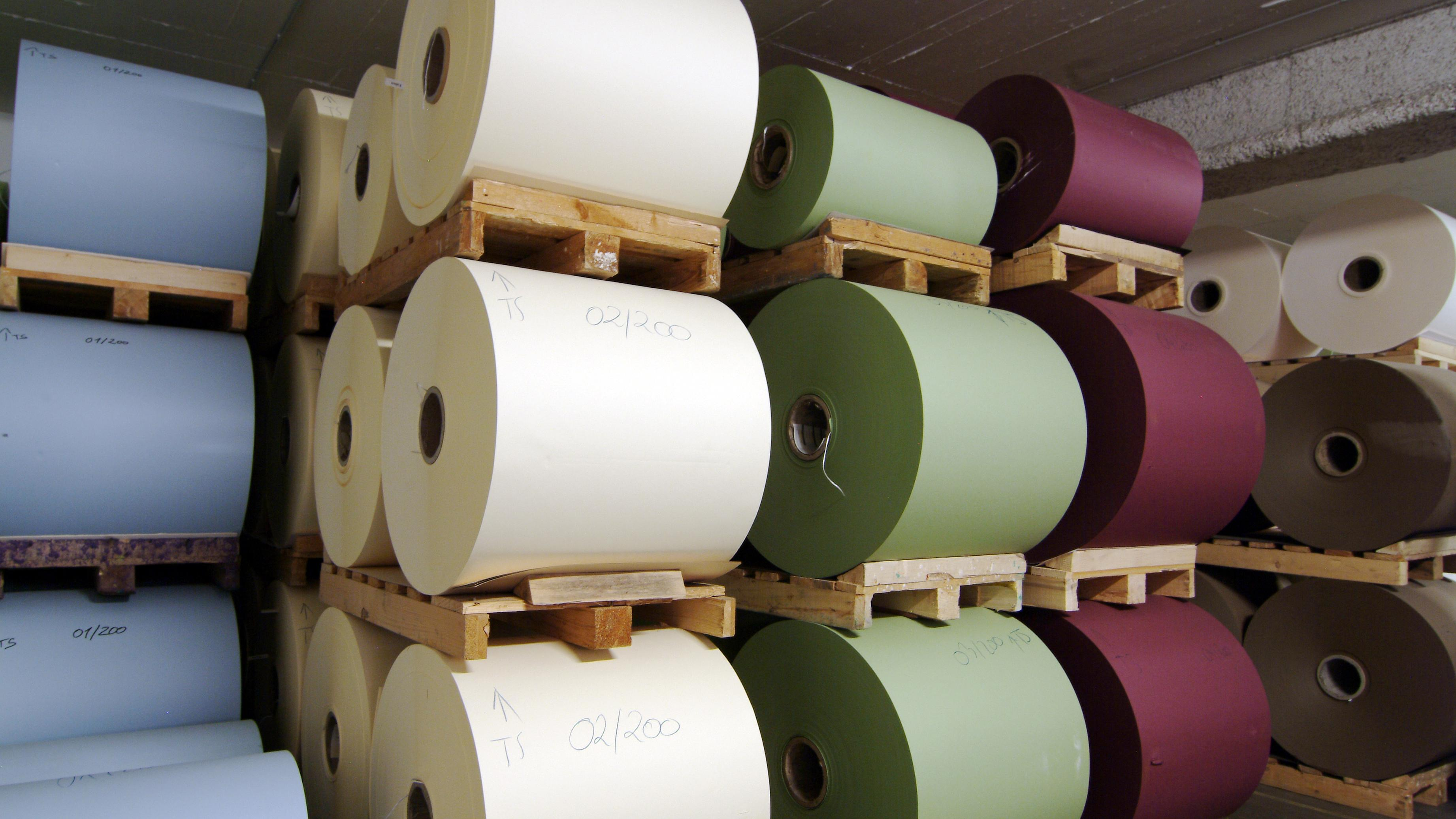 Bunte Papierrollen in der Papierfabrik Gmund
