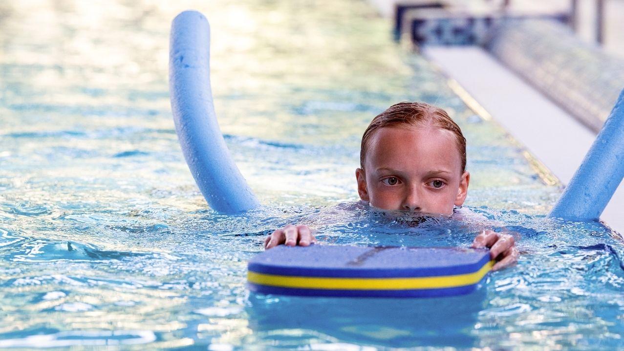 Symbolbild: Schulkind lernt schwimmen.