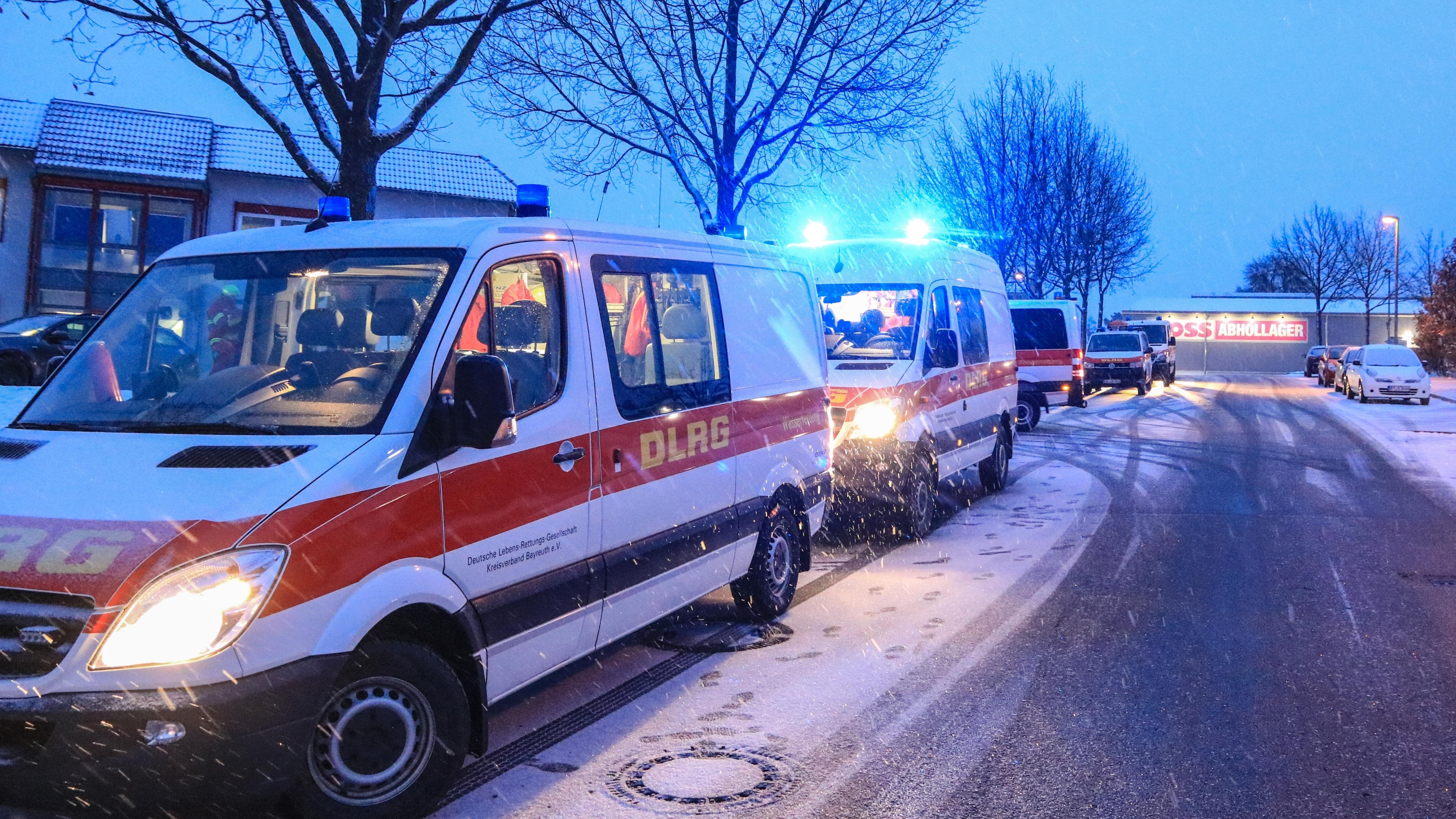 Konvoi von DLRG Kleintransportern startet in Bayreuth nach Traunstein