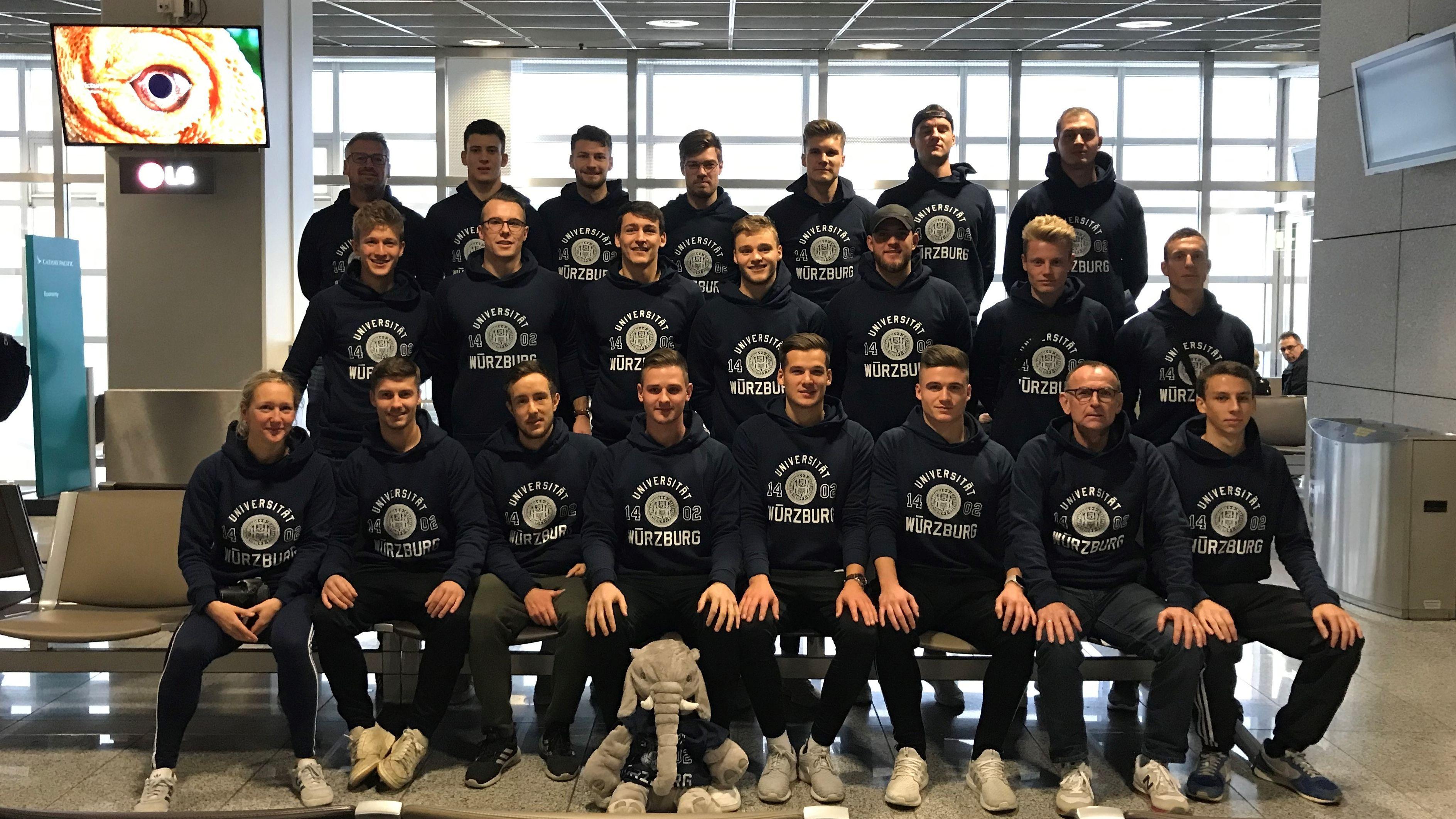 Würzburger Unifußballer vor ihrem Abflug zur WM nach China