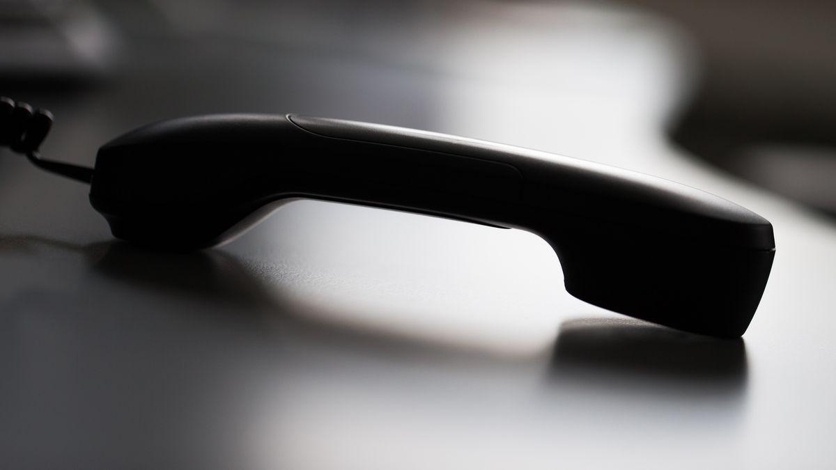 Ein Telefonhörer liegt auf einem Tisch (Symbolfoto)