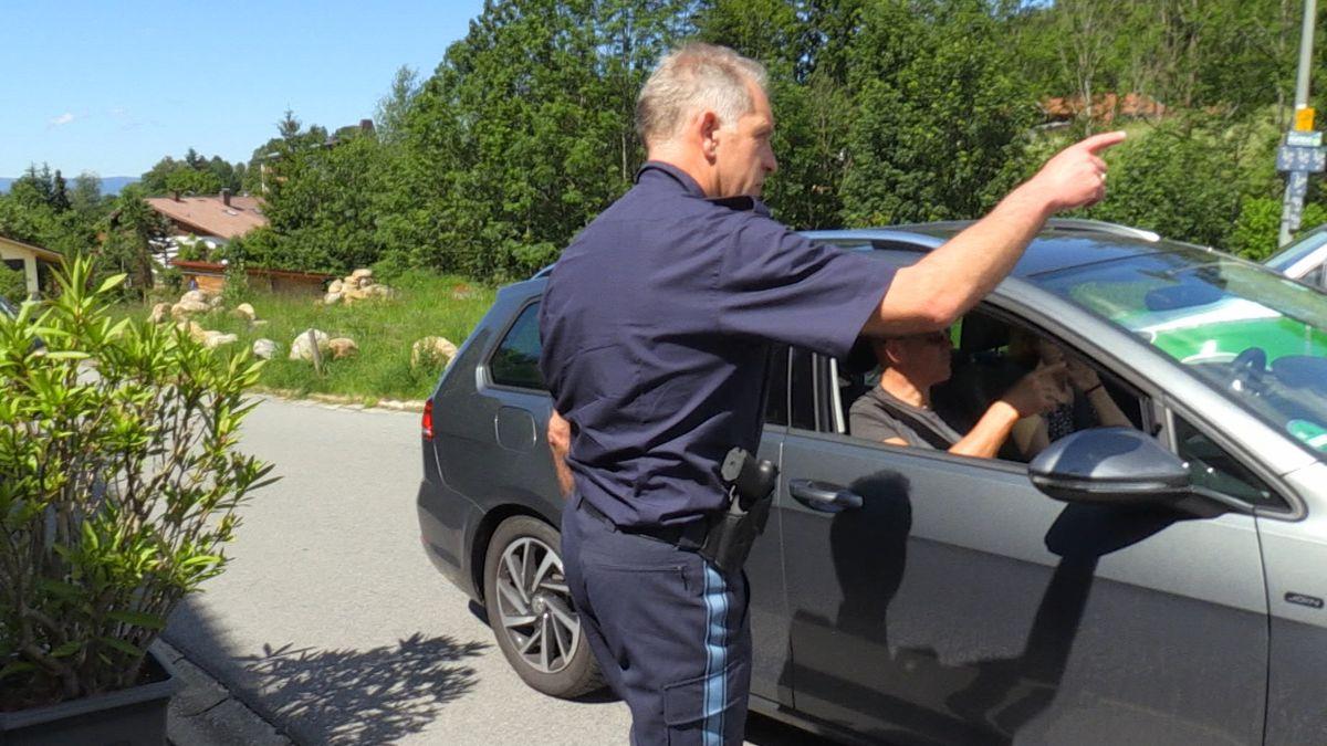 Ein Polizist leitet Ausflügler in Bodenmais um