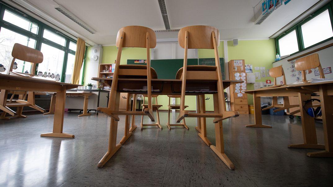 Ein leeres Klassenzimmer mit Stühlen auf den Tischen (Symbolbild).