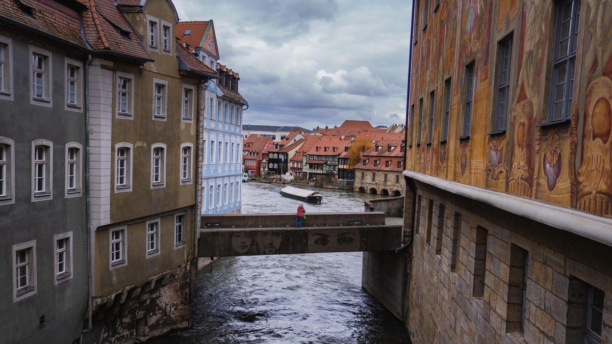 Eine Frau blickt von der Unteren Brücke auf den Bamberger Stadtteil Klein Venedig.