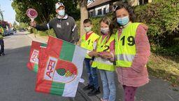 Florian Niederlechner bei einer Verkehrssicherheitsaktion mit Grundschülern in Augsburg-Haunstetten   Bild:BR / René Kirsch