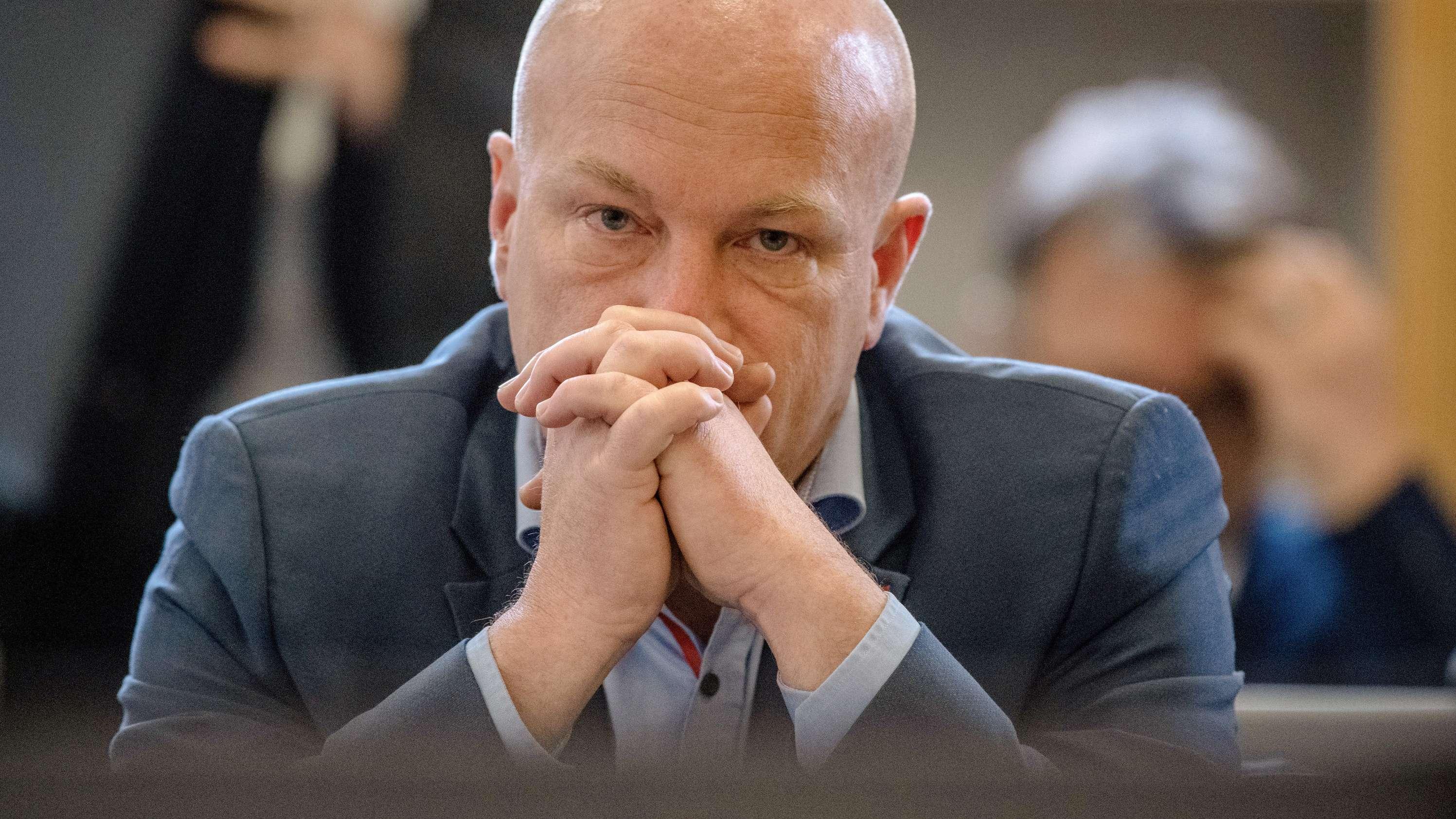 Joachim Wolbergs (SPD), suspendierter Regensburger Oberbürgermeister, sitzt im Landgericht im Verhandlungssaal.