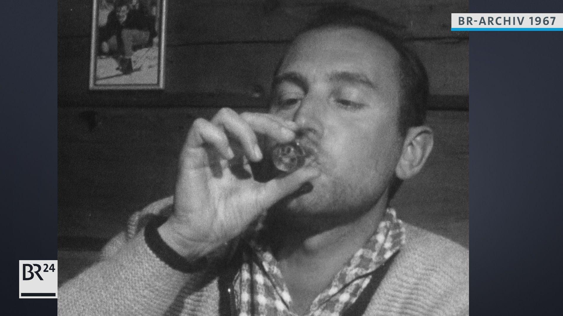 Mann trinkt Schnaps.