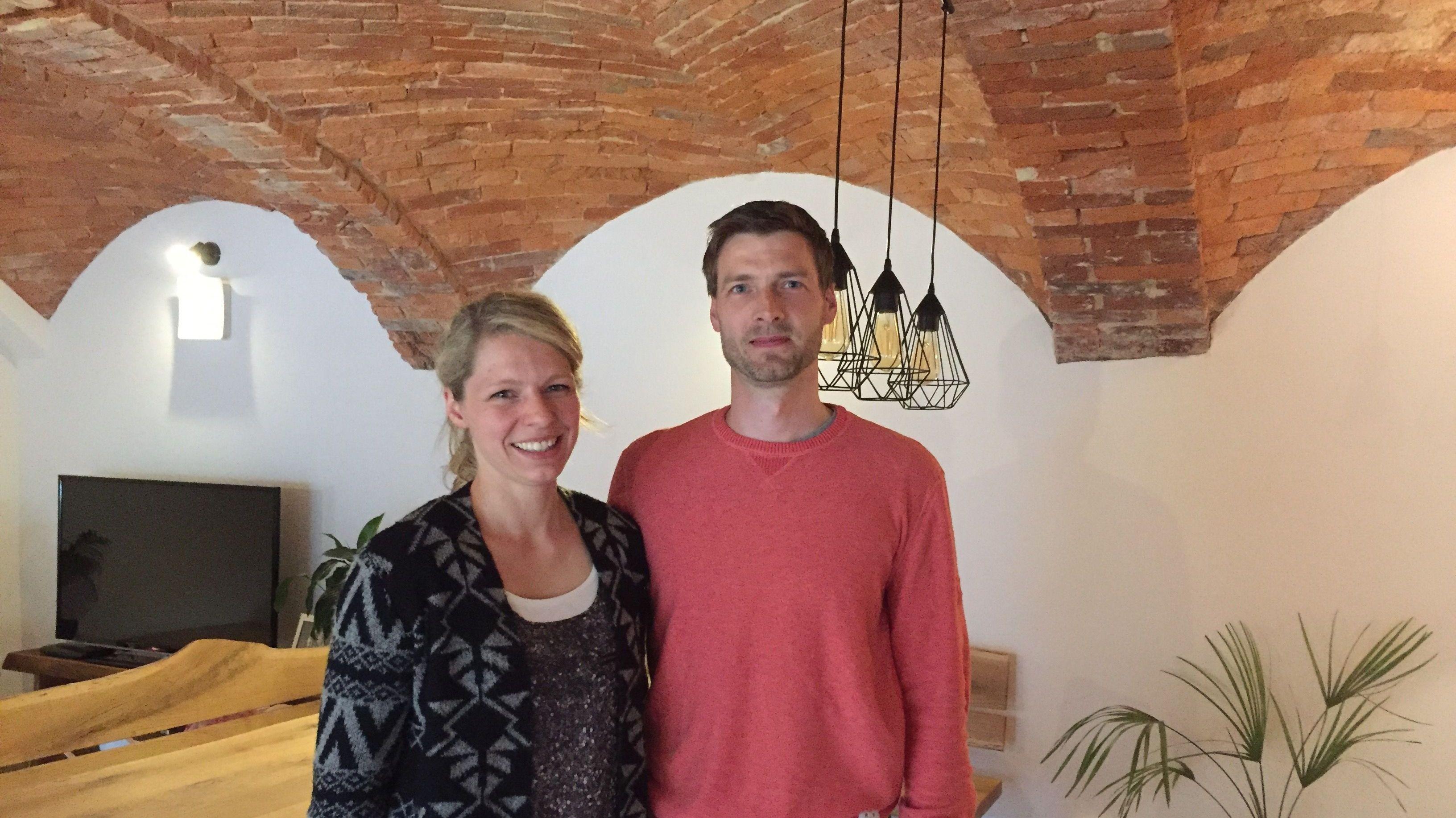 Stephanie und Roman Aschenbrenner in ihrem Wohnzimmer im alten Gewölbe-Kuhstall