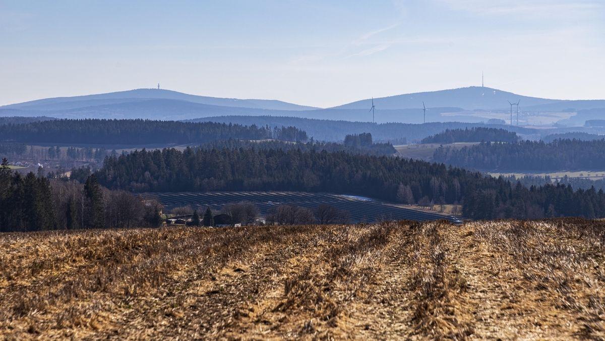 Blick vom Galgenberg bei Kupferberg zum Fichtelgebirge mit dem Schneeberg (links) und dem Ochsenkopf.