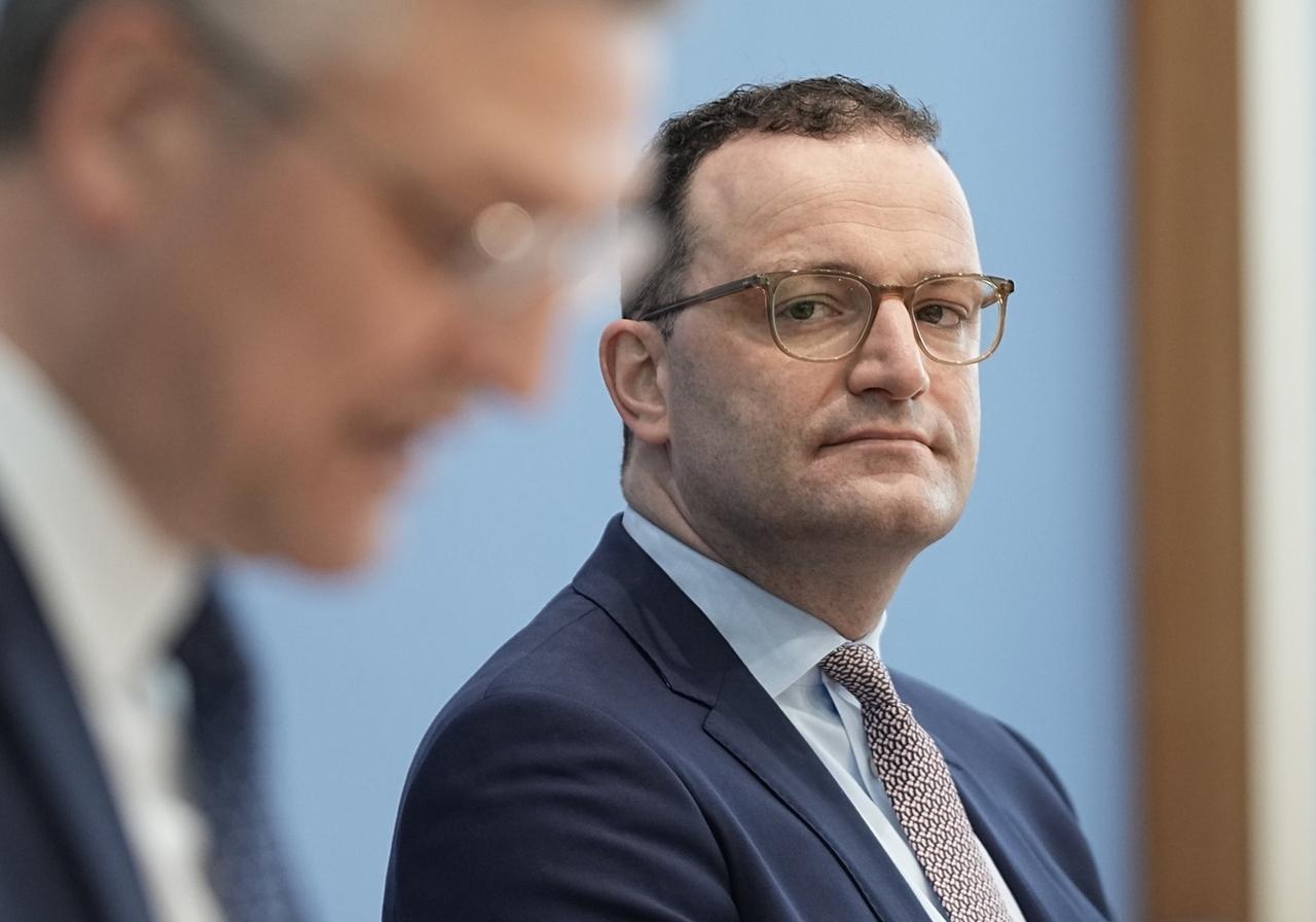 15.04.2021, Berlin: Jens Spahn (CDU), Bundesminister für Gesundheit, nimmt neben Lothar H. Wieler, Präsident des Robert-Koch-Institut (RKI) an der wöchentlichen Pressekonferenz zur aktuellen Corona-Lage teil. Foto: Michael Kappeler/dpa +++ dpa-Bildfunk +++