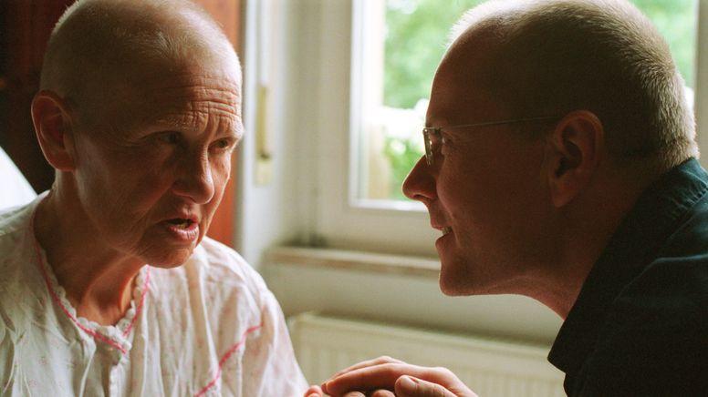 Sohn mit demenzkranker Mutter im Gespräch, gestellte Szene. | Bild:picture alliance /photothek/Ute Grabowsky