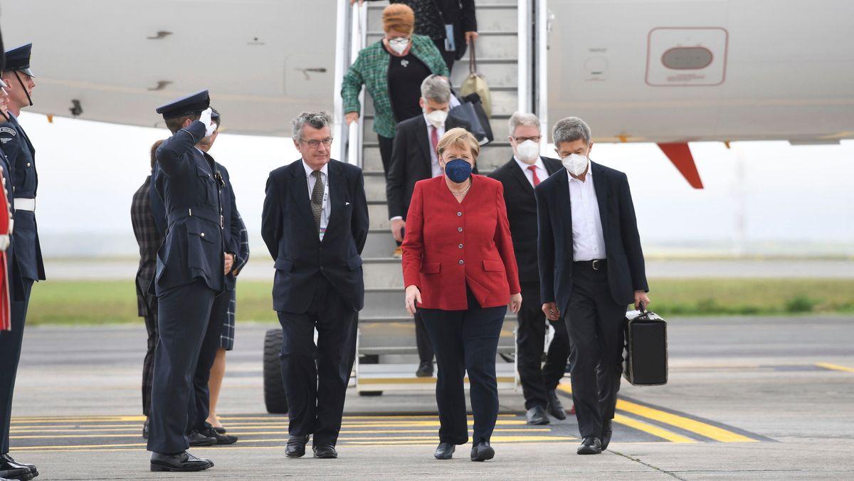 Kanzlerin Angela Merkel kommt am Cornwall-Airport in England zum G7-Gipfel an.