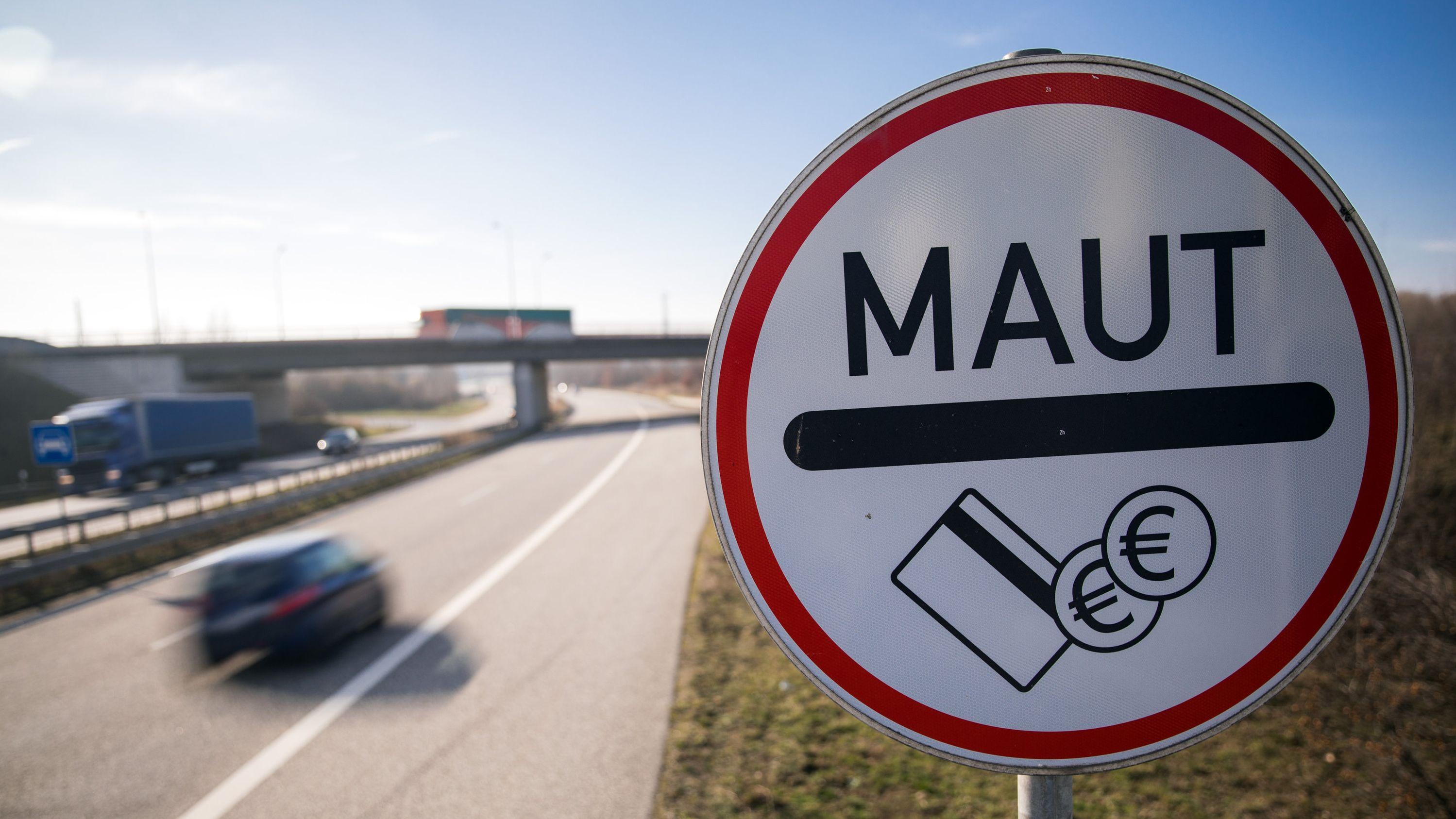 Verkehrsschild weist Autofahrer auf Mautpflicht hin