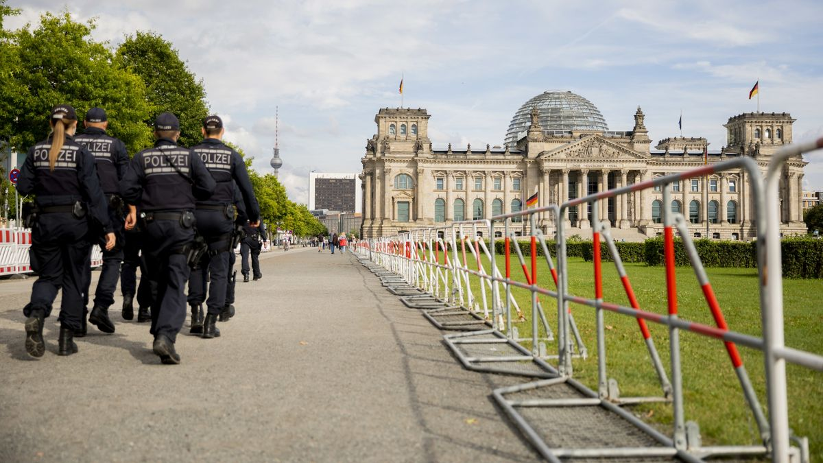 Absperrzäune und Polizisten sind im Vorfeld der geplanten Demonstration gegen die Corona-Maßnahmen vor dem Berliner Reichstag zu sehen