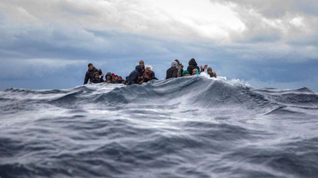 Flüchtlinge treiben in einem aus Marokko und Bangladesch sitzen in einem überfüllten Holzboot im Mittelmeer vor der Küste von Libyen (Archivbild)