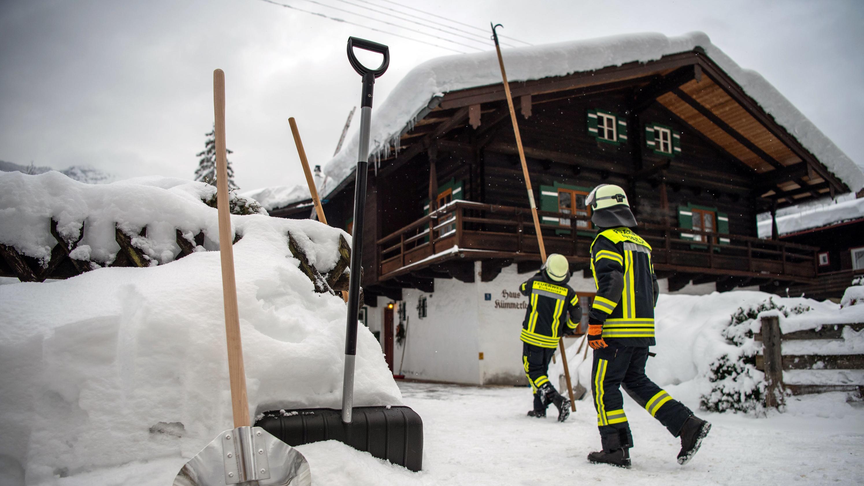 Feuerwehrmänner beim Einsatz in Berchtesgaden