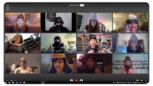 Mehrere Personen mit Hai-Kostümen in der Video-Konferenz.