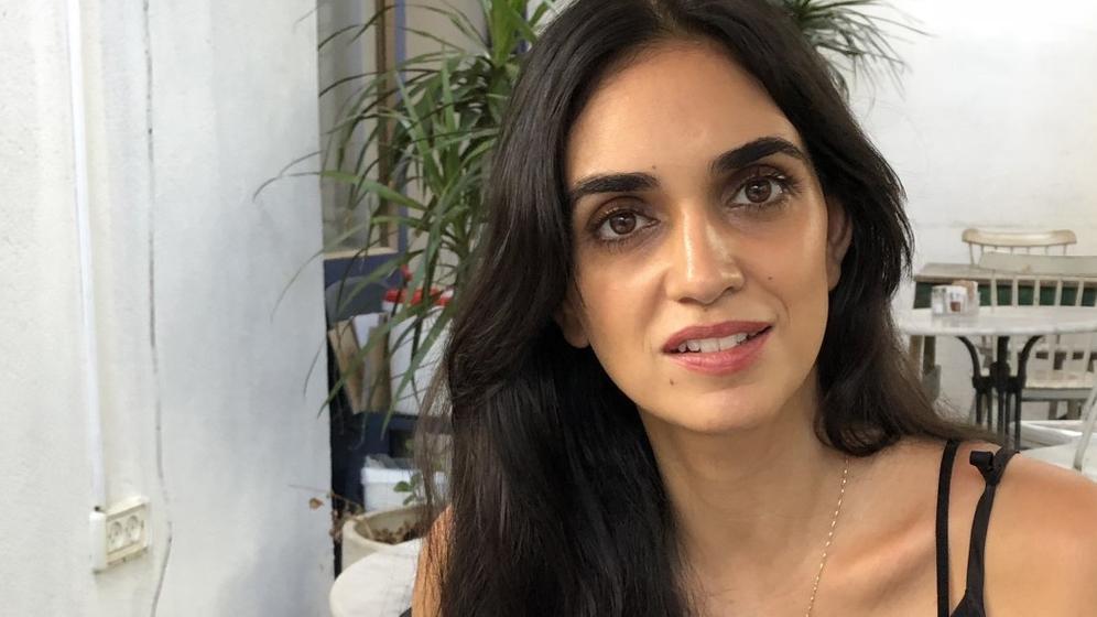 Sängerin Liraz Charhi blickt im Innenhof eines Cafés in Tel Aviv in die Kamera | Bild:Tim Aßmann