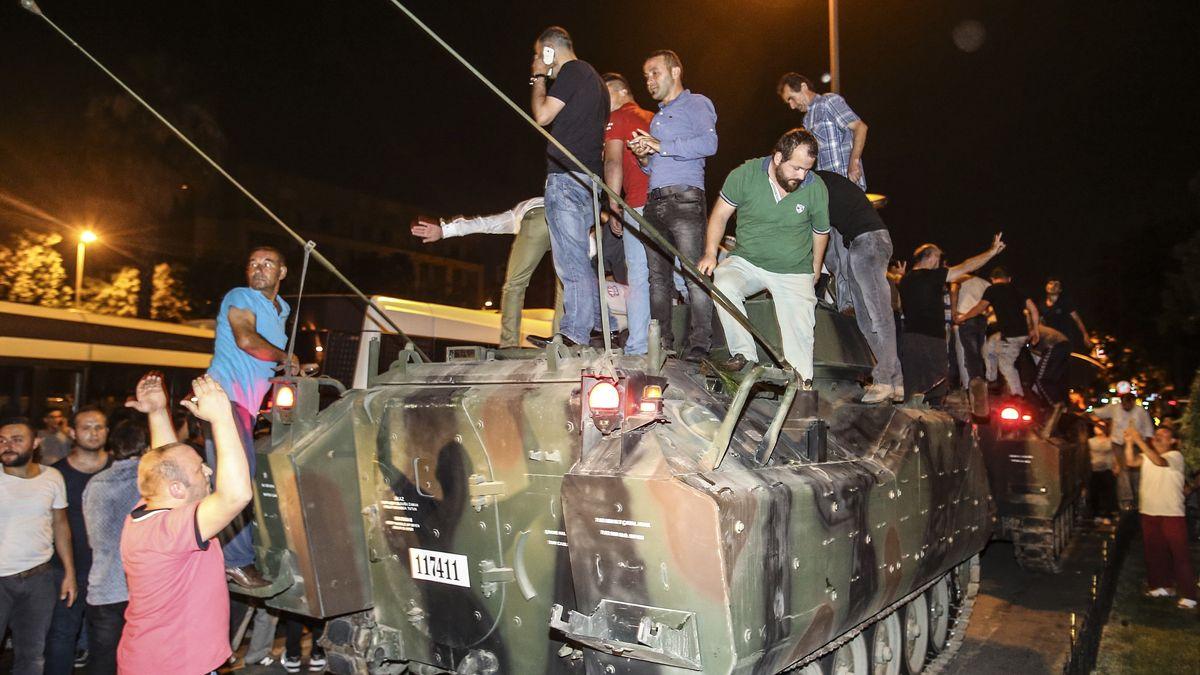 Juli 2016, Istanbul: Zivilisten auf einem Panzer.