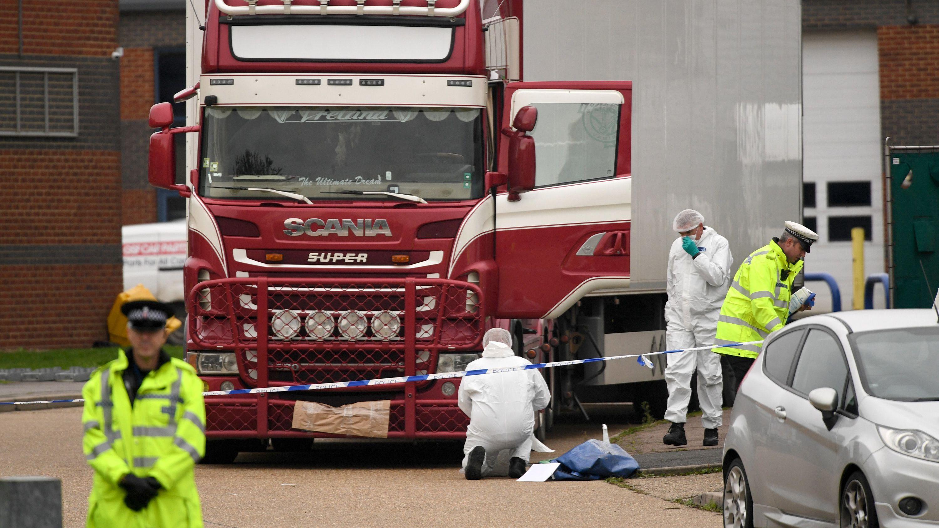 Polizei und der Lkw, in dem die Toten entdeckt wurden