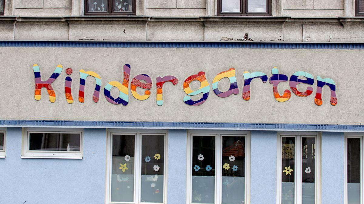 """Bunter Schriftzug """"Kindergarten"""" auf der Fassade eines Kindergartens in Wien (Symbolbild)."""