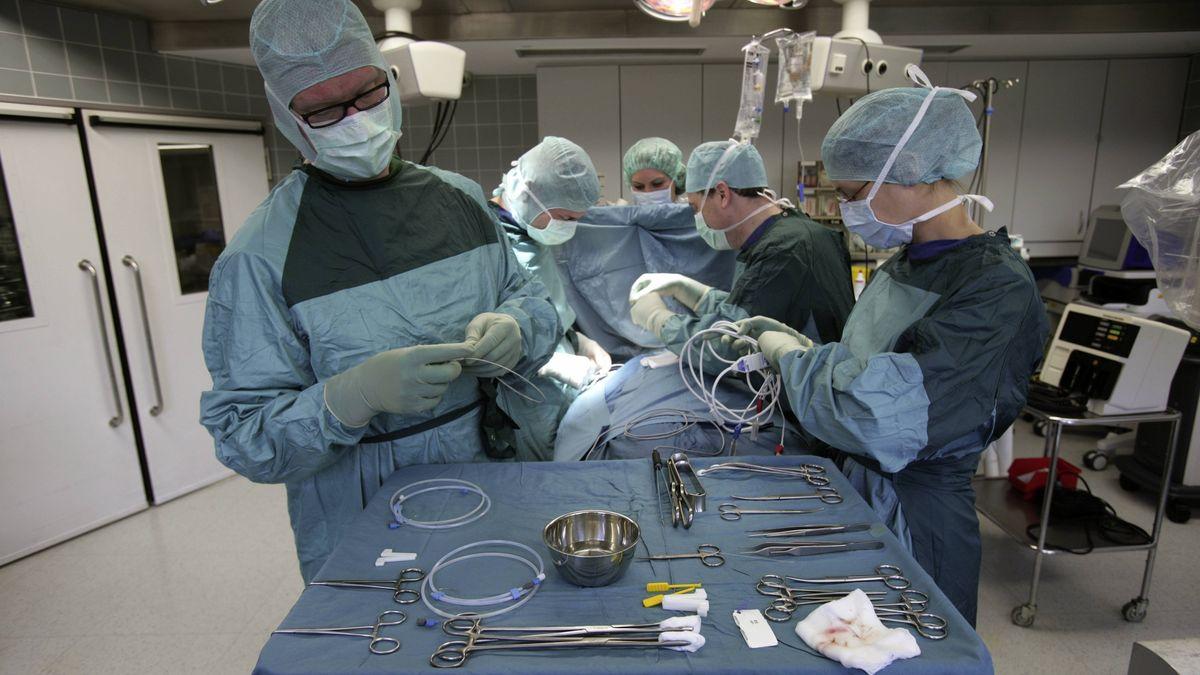 Ärzte und Assistenten während einer Herzschrittmacher-Operation