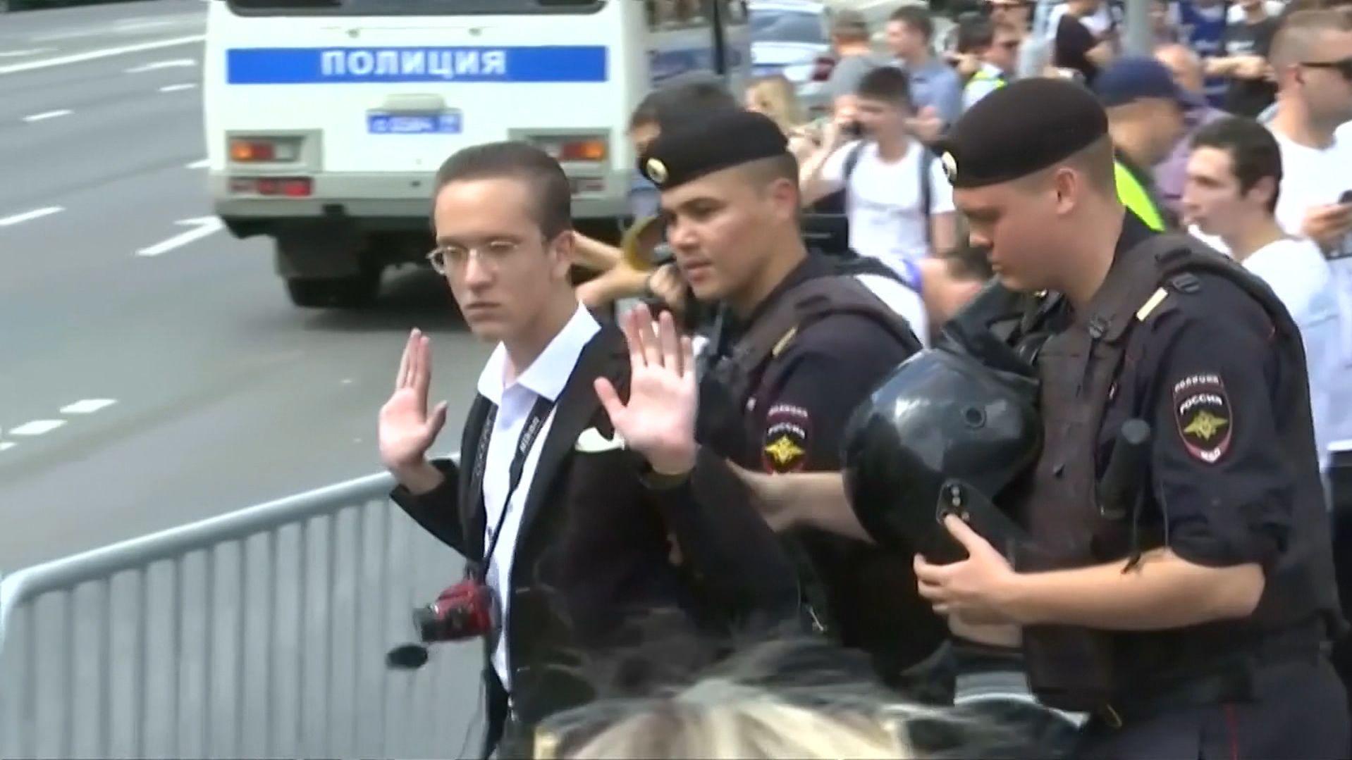 Polizei führt jungen Mann ab