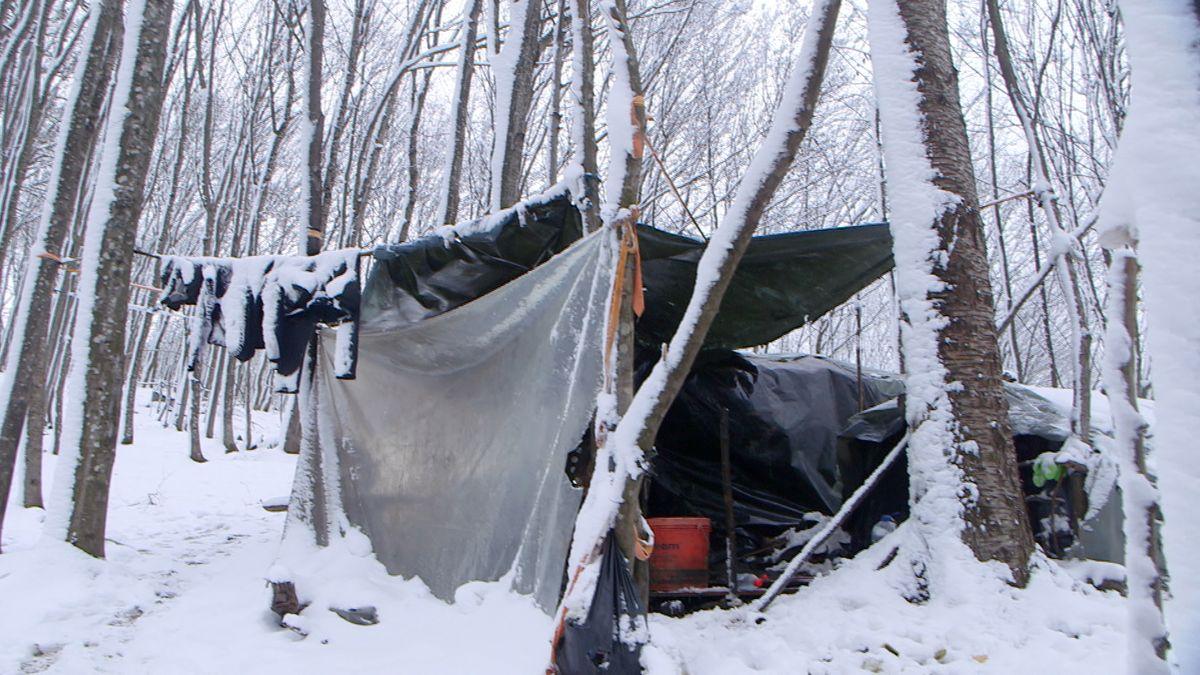 Nachdem das Lager Lipa abgebrannt war, haben sich die Menschen im angrenzenden Wald notdürftige Unterschlupfe gebaut.