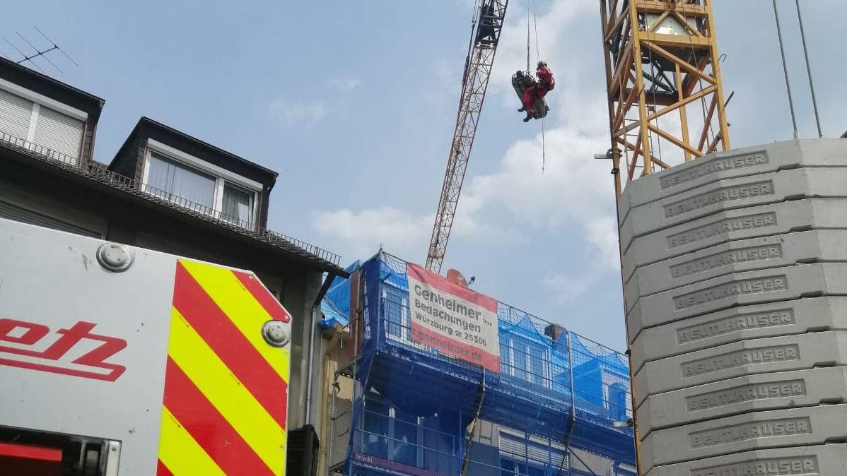 Der Verletzte wurde mit Hilfe eines Baukrans vom Dach des Hauses gerettet.