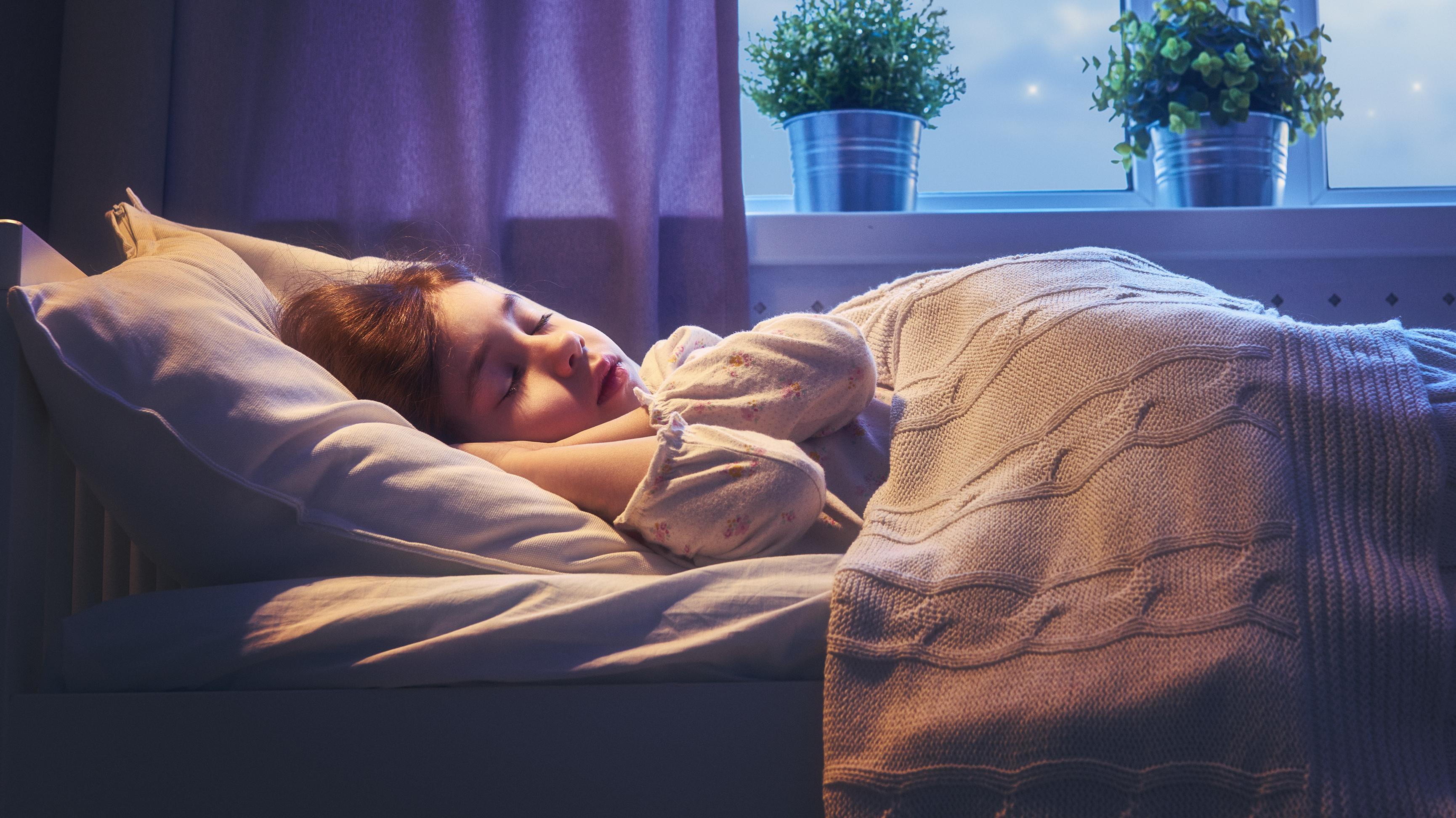 Schlafendes Kind im Mondlicht