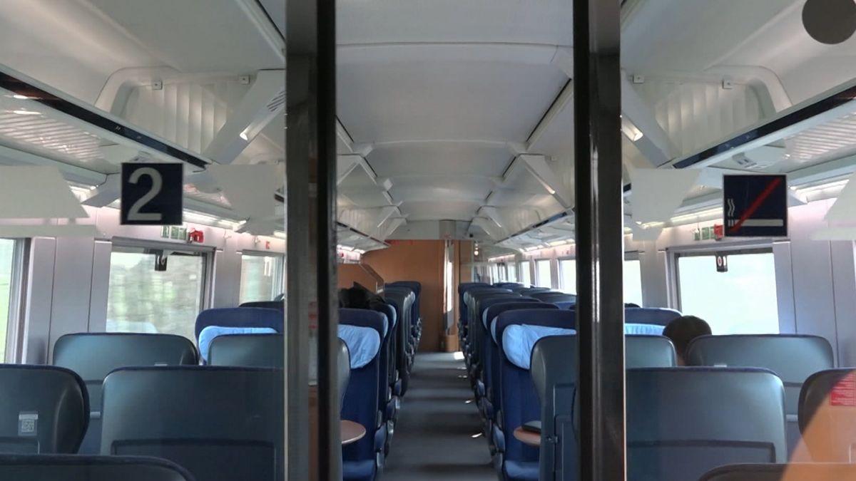 Blick in ein leeres Zugabteil