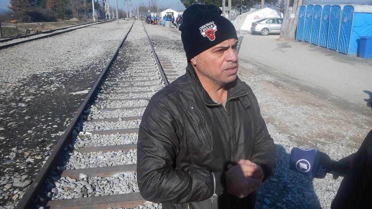 Mann auf Eisenbahnschienen wird Interviewt