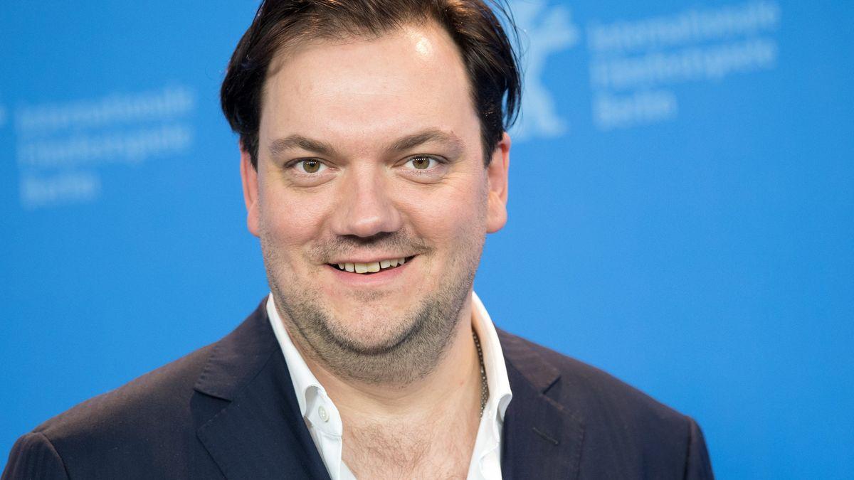 Schauspieler Charly Hübner blickt lächelnd in die Kamera