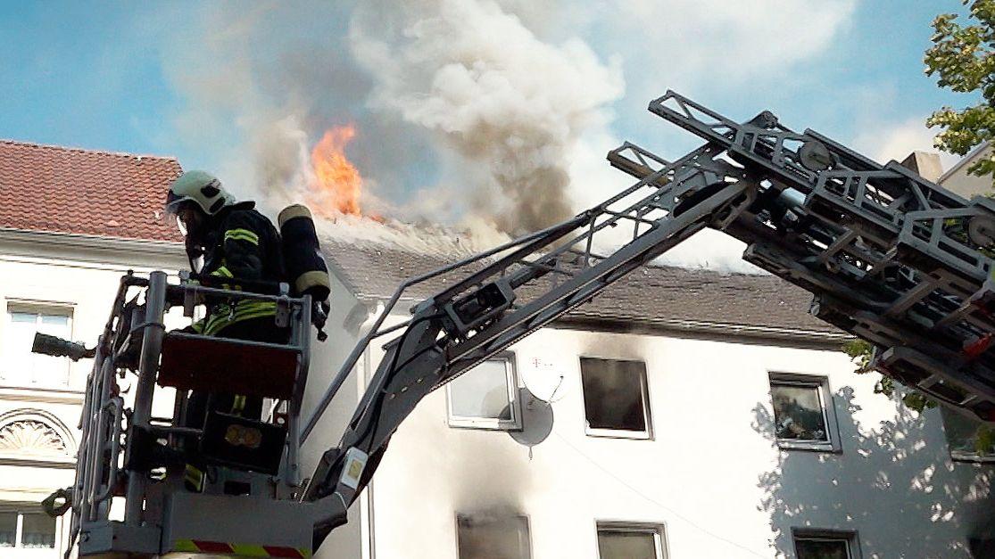 Bei einem Brand in dem Mehrfamilienhaus sind sieben Kinder schwer verletzt worden, darunter ein Säugling.