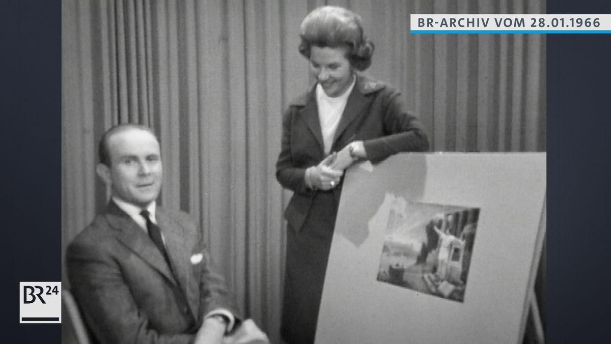 Loriot neben seinem Bild sitzend und Anneliese Fleyenschmidt.