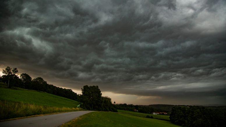 Dunkle Gewitterwolken an einem Abend über Bayern.   Bild:picture alliance/dpa/vifogra   Tobias Hartl