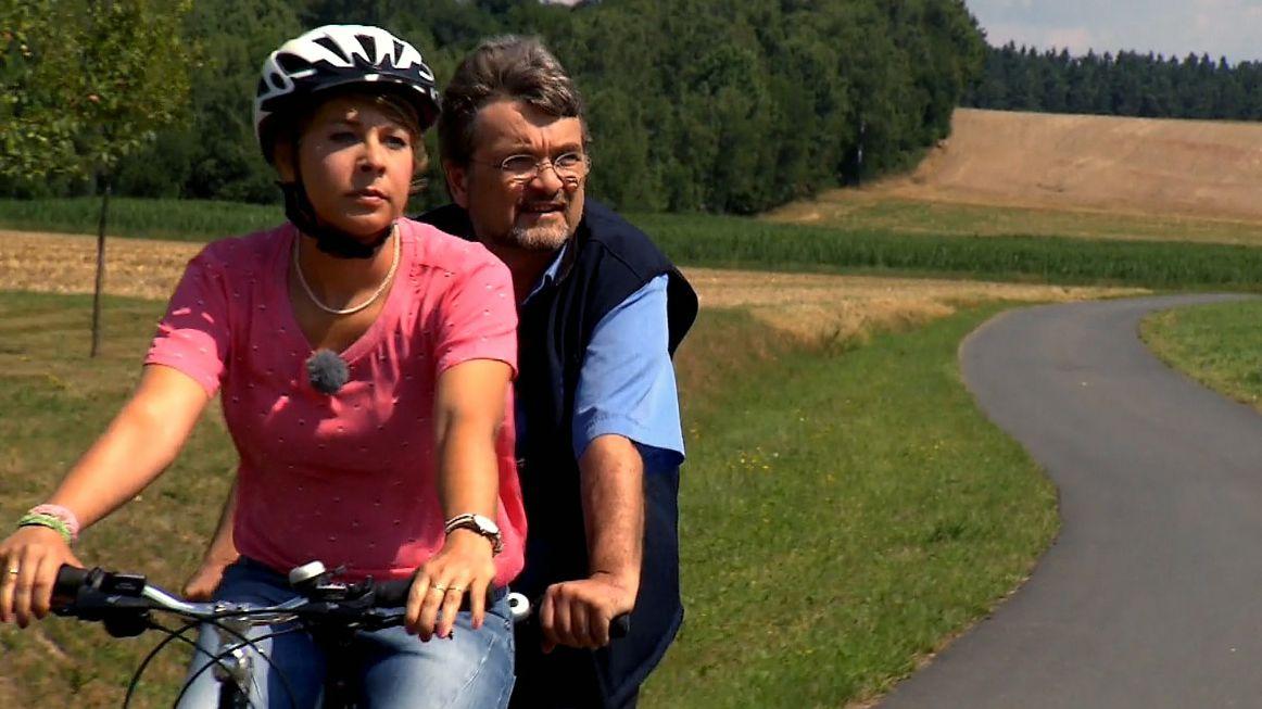 BR-Reporterin Susanne Nordhausen und Naturschützer Kai Frobel radeln auf einem Tandem.