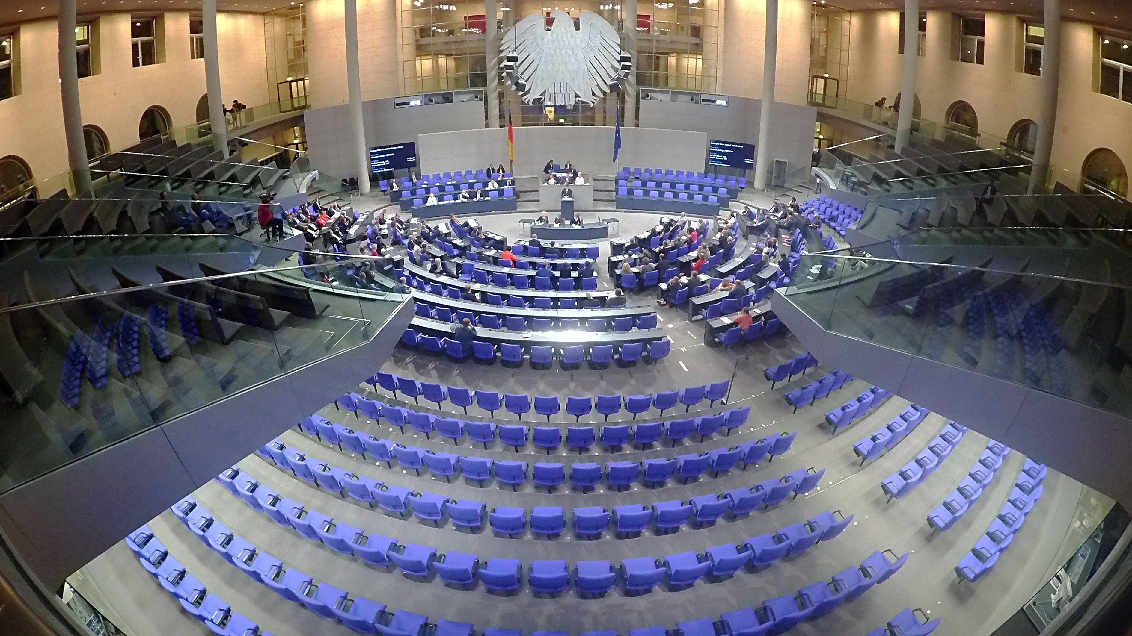 Zahlreiche Plätze sind nicht besetzt während einer Nachtsitzung des Bundestages.