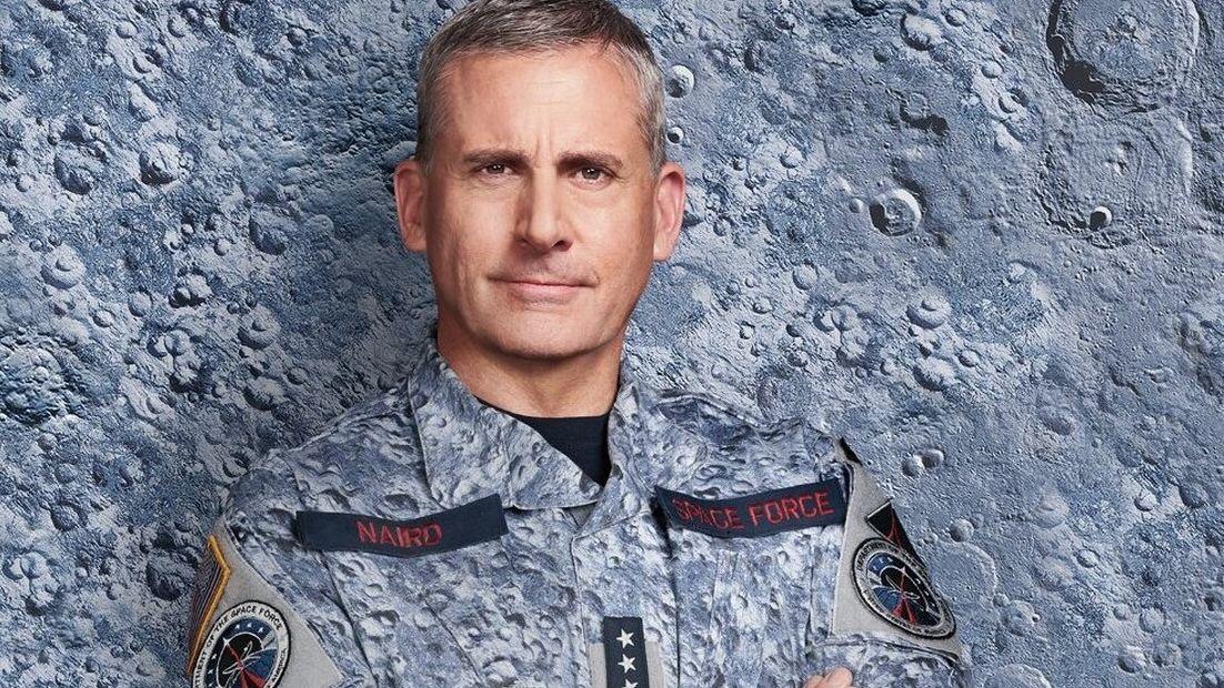 Marc Naird, gespielt von Steve Carrell, in einer Uniform, die das gleiche Muster hat wie der Hintergrund, vor dem Carrell steht: Eine Mauer, deren Optik der Oberfläche eines Planeten ähnelt.