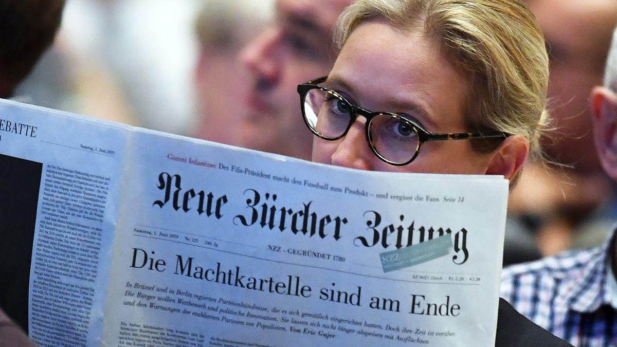 """Alice Weidel, AfD-Fraktionschefin im Bundestag, bei der Lektüre der """"Neuen Zürcher Zeitung""""."""