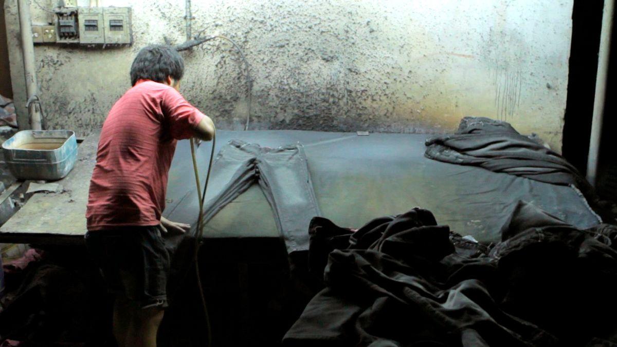 Mangelnder Arbeitsschutz in der Jeansfabrik.