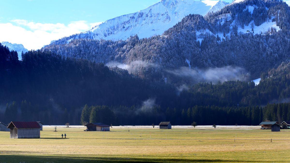 Grüne Wiesen im Tal und Schnee auf dem Söllereck bei Oberstdorf