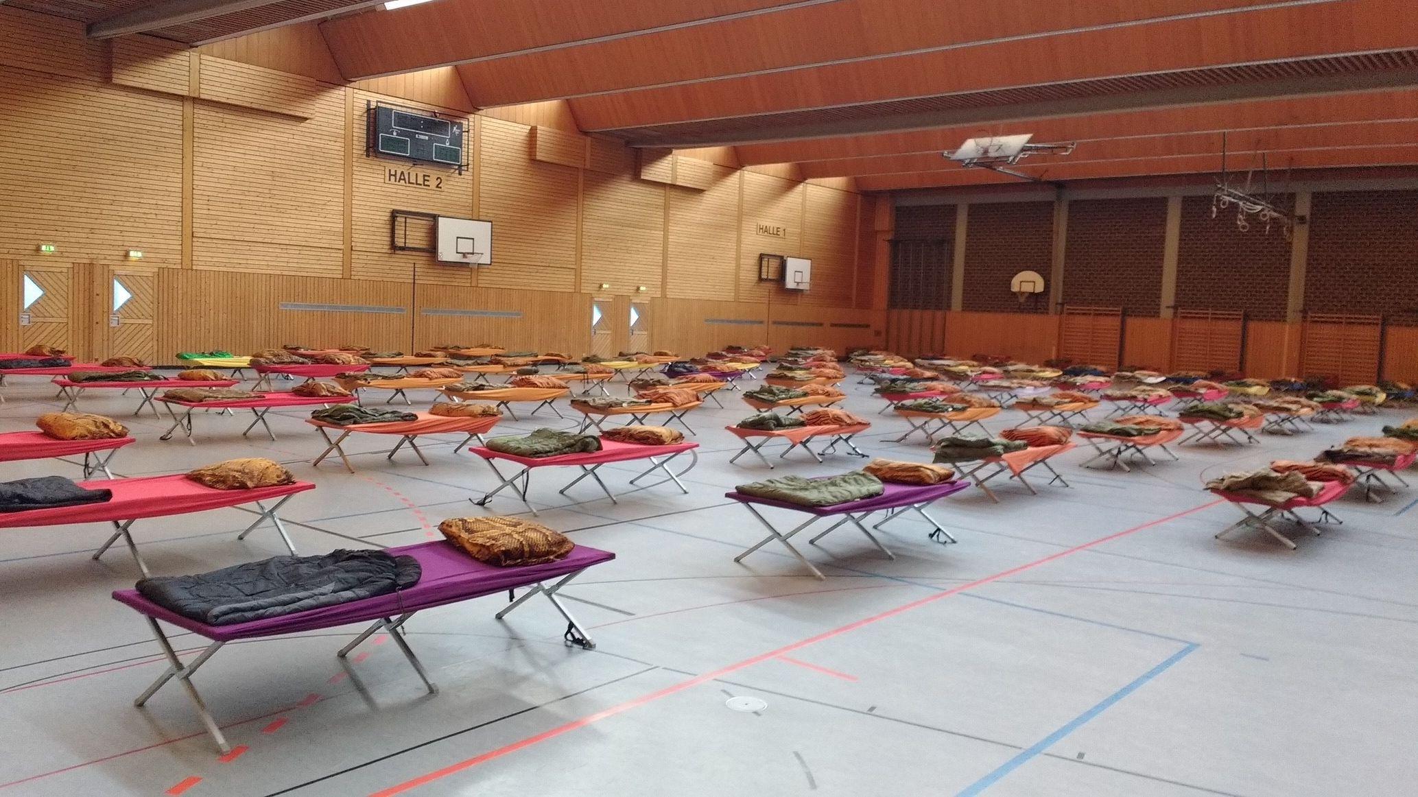 Feldbetten im Robert-Koch-Gymnasium in Deggendorf