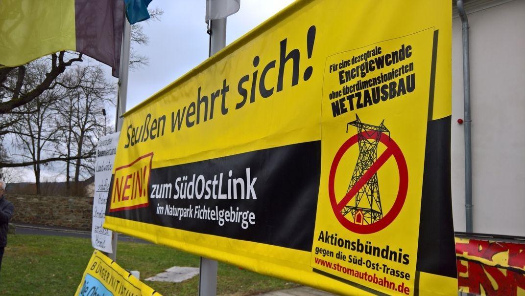 """Protestbanner mit der Aufschrift: """"Seußen wehrt sich! Nein! zum SüdOstLink im Naturpark Fichtelgebirge""""."""