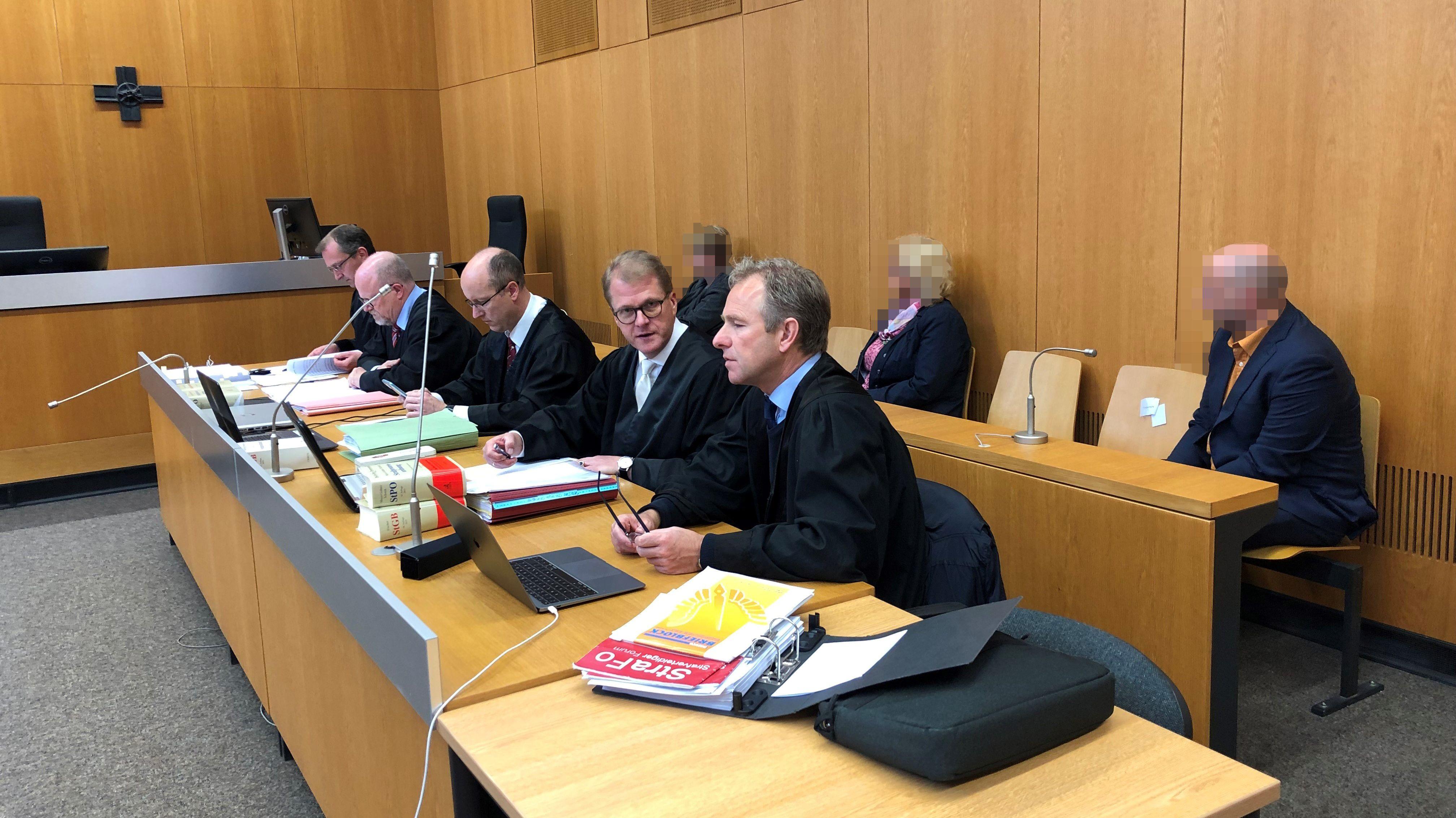 Die Staatsanwaltschaft Landshut wirft drei Altenpflegern Mord durch Unterlassen vor. Im Prozess am Landgericht wird heute das Urteil erwartet.