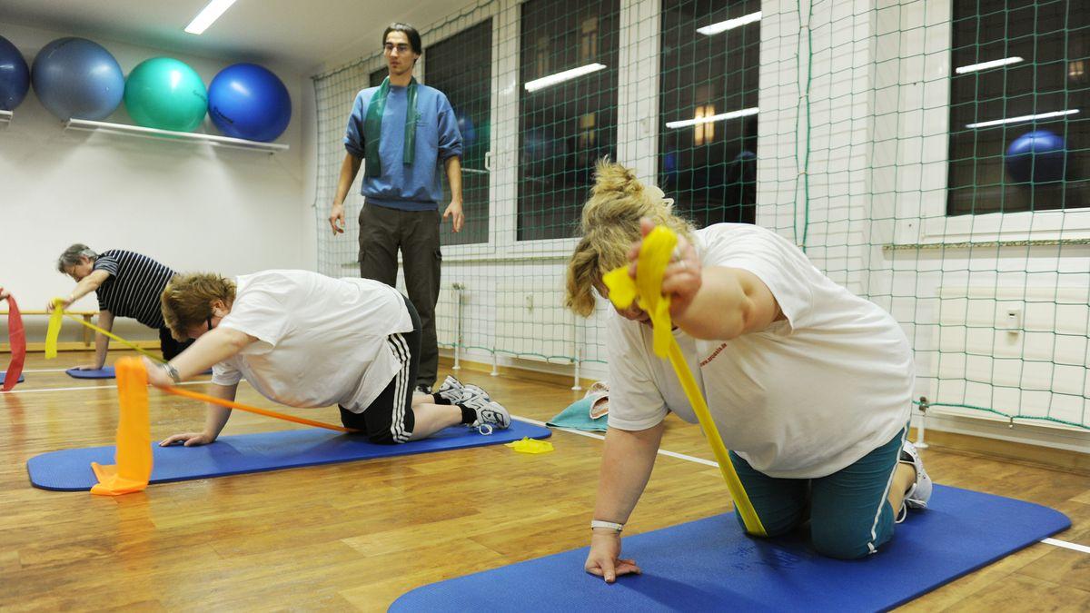 Übergewichtige Menschen beim Training